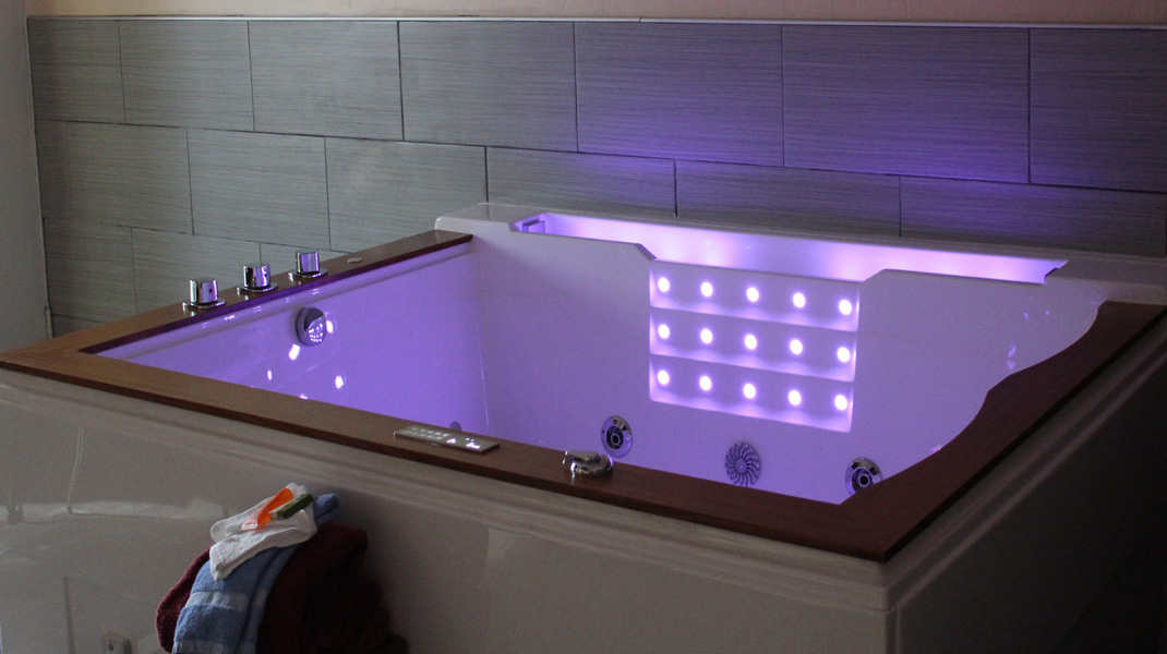 Executive Jacuzzi with NEW jacuzzi tubs - special!